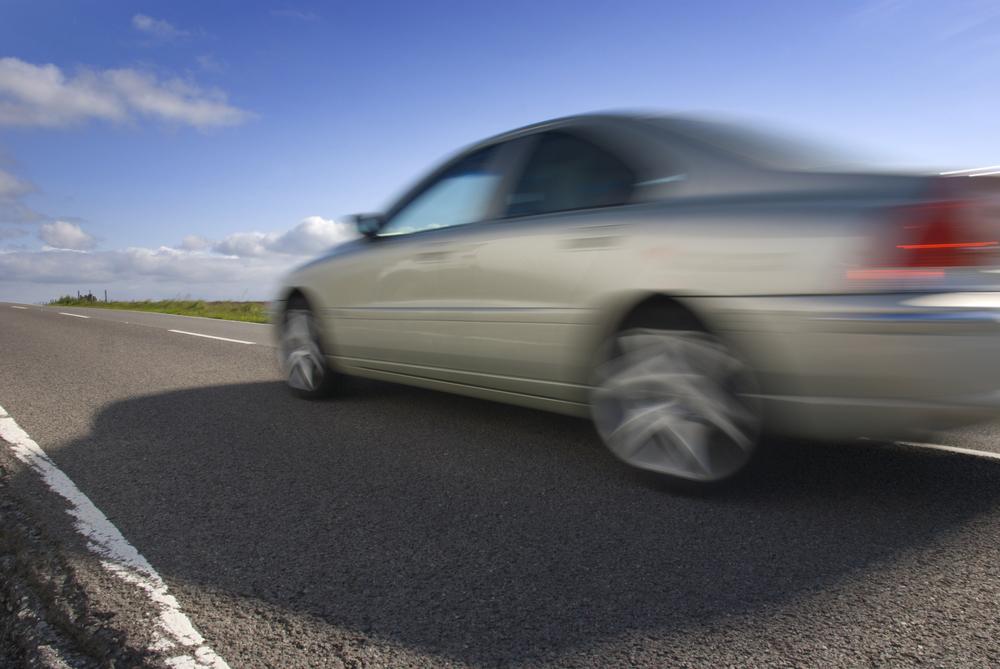 Een mooie Volvo rijdt voorbij en de passagiers worden beschermd door een inzittenden verzekering