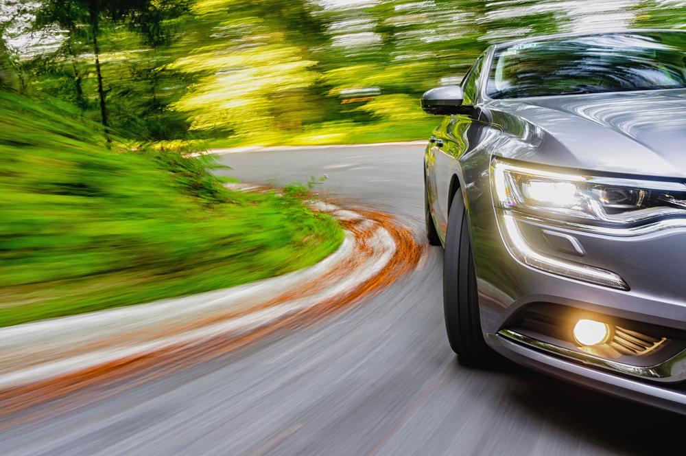 Auto rijdt hard de bocht in en is beperkt casco verzekerd bij zijn autoverzekeraar