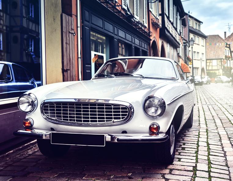 Klassieke auto in een straat met een klassieker verzekering